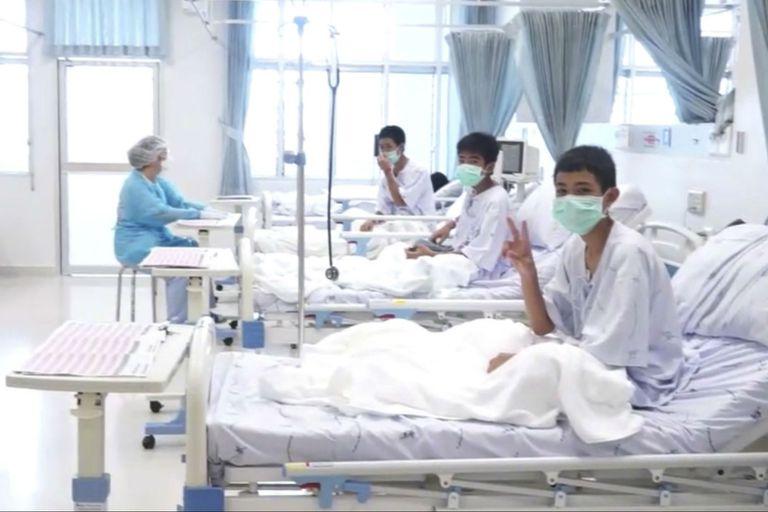 Tailandia: los chicos se recuperan y los muestran por primera vez en el hospital