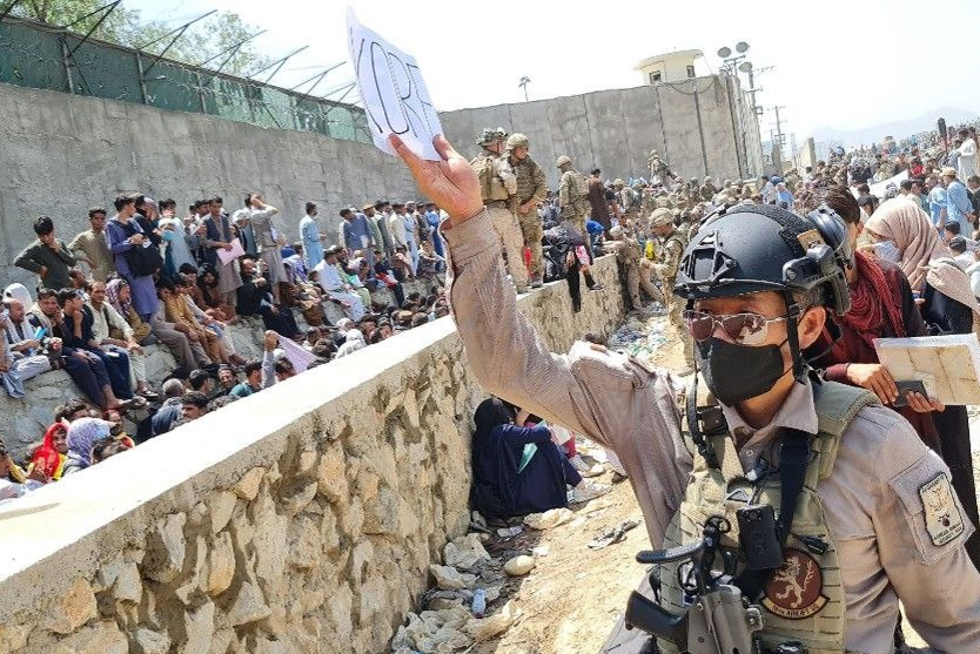 Un soldado surcoreano participa en las tareas de reubicación de los refugiados afganos, en Kabul