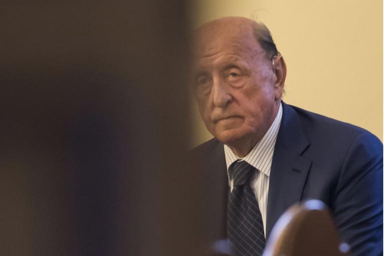 El expresidente del banco IOR del Vaticano, Angelo Caloia es fotografiado durante una audiencia judicial por cargos de malversación de fondos en el Vaticano