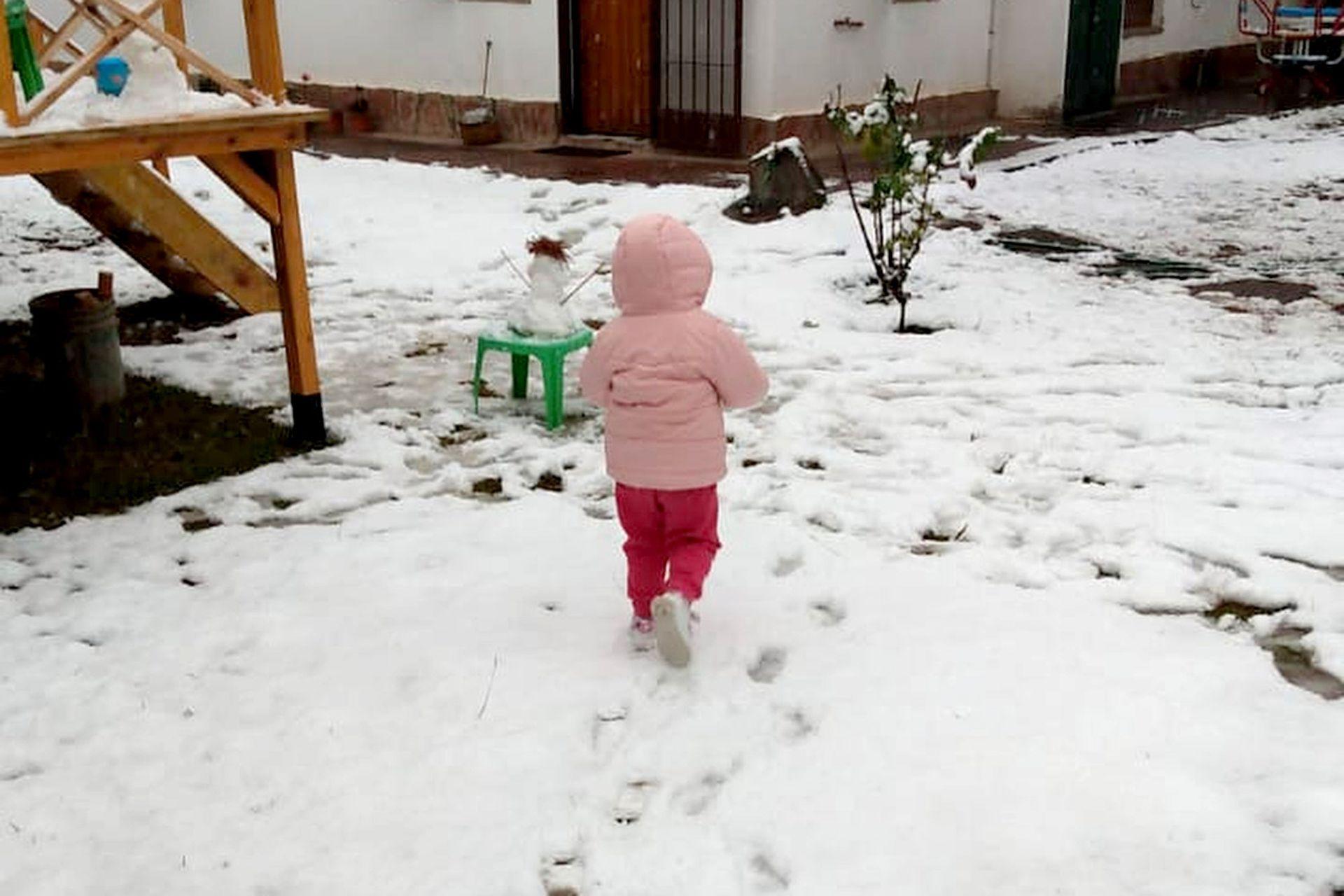 Una niña disfruta de la nieve en Río Ceballos