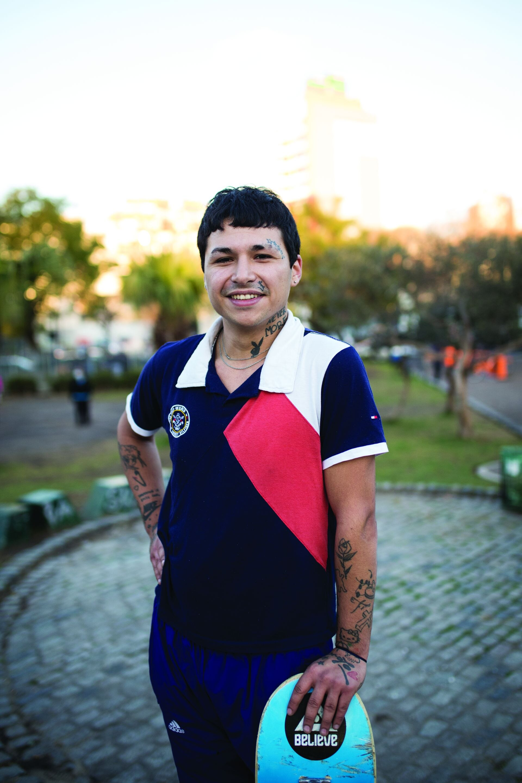 """Dillan (20). Es de: Parque Chacabuco. ¿Qué es lo que más te gusta de practicar skate? """"Es una meta que no termina, siempre hay nuevos trucos y los podés hacer mejor""""."""