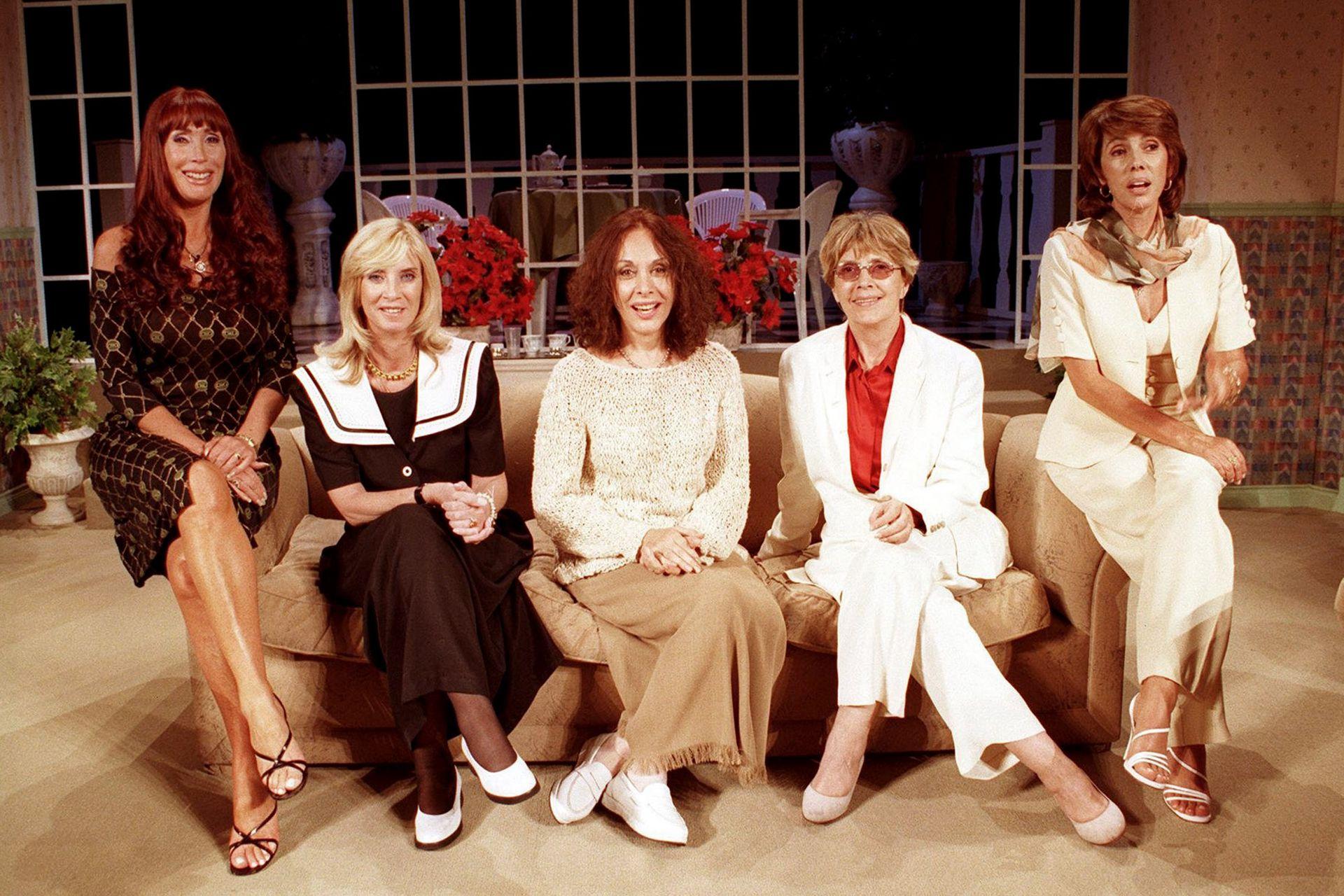 Elenco original de Brujas. Moria Casán, Graciela Dufau, Thelma Biral, Susana Campos y Nora Cárpena en el 2000