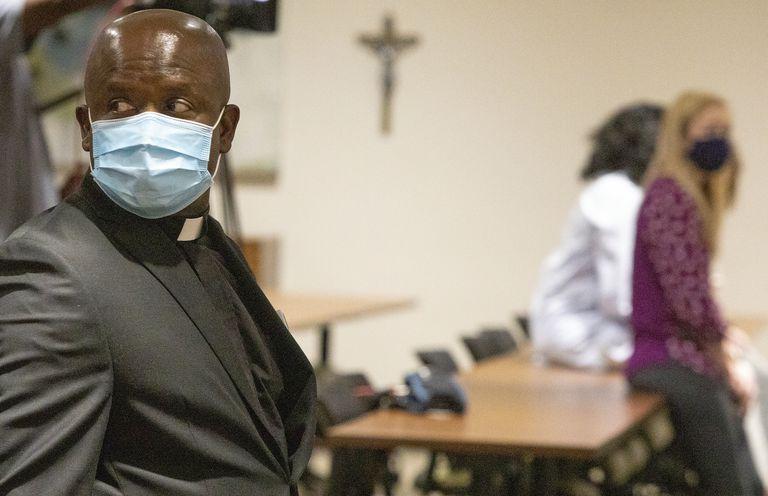 Una ceremonia religiosa en un centro médico de Baton Rouge, Luisiana, otro estado que registra un considerable aumento de casos