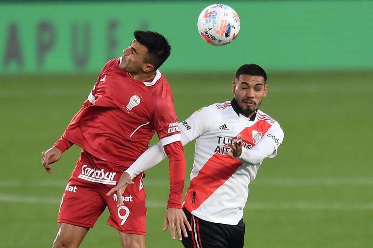 Triverio y Paulo Díaz saltan en la disputa de la pelota