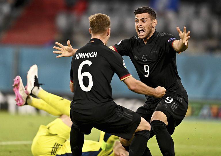 Joshua Kimmich (izq.) y Kevin Volland festejan el 2-2 de la selección de Alemania ante Hungría, en la agónica clasificación a los octavos de final.
