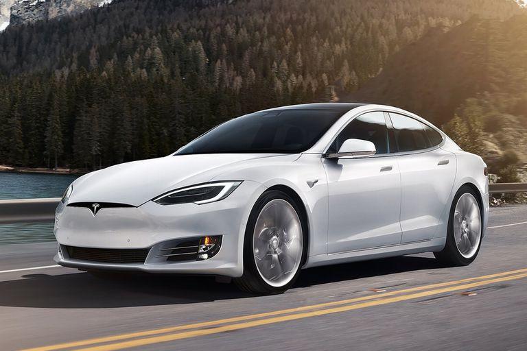 Tesla Model S. Con líneas de sedán deportivo, la marca de Elon Musk se animó a eliminar la gráfica que simulaba una parrilla