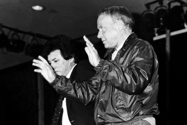 Sinatra saluda antes de la conferencia de prensa, junto a Palito Ortega, a quien le pidió que no se hablara de mafias ni de romances
