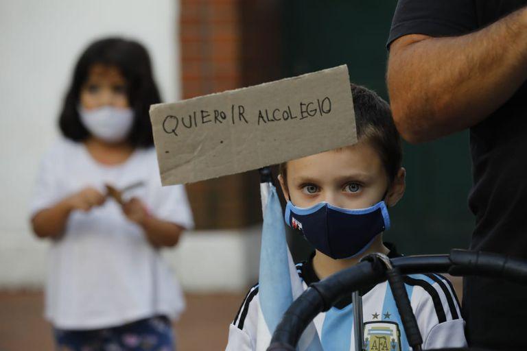 """""""La marcha de los alumnos"""": decenas de niños, niñas y adolescentes protestan con sus familias frente a Olivos"""