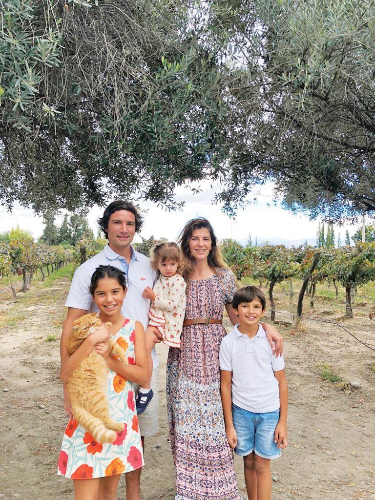 En Cafayate, días atrás, con su marido, Pancho Lavaque, y sus hijos, Allegra, Félix y Esmeralda