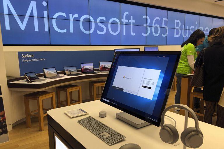 En esta imagen de archivo, una computadora de Microsoft se ve entre objetos mostrados en una tienda de Microsoft en un suburbio de Boston, Estados Unidos