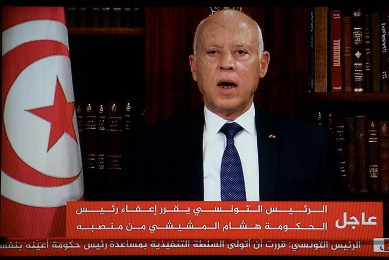 Tensión en Túnez: el presidente Kais Saied echa al premier y disuelve el Parlamento
