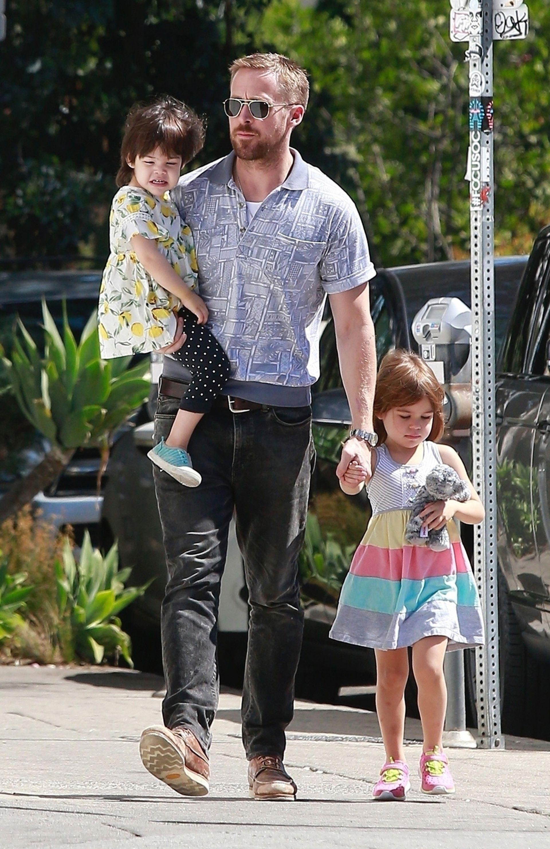 Gosling paseando junto a sus hijas, Esmeralda y Amanda