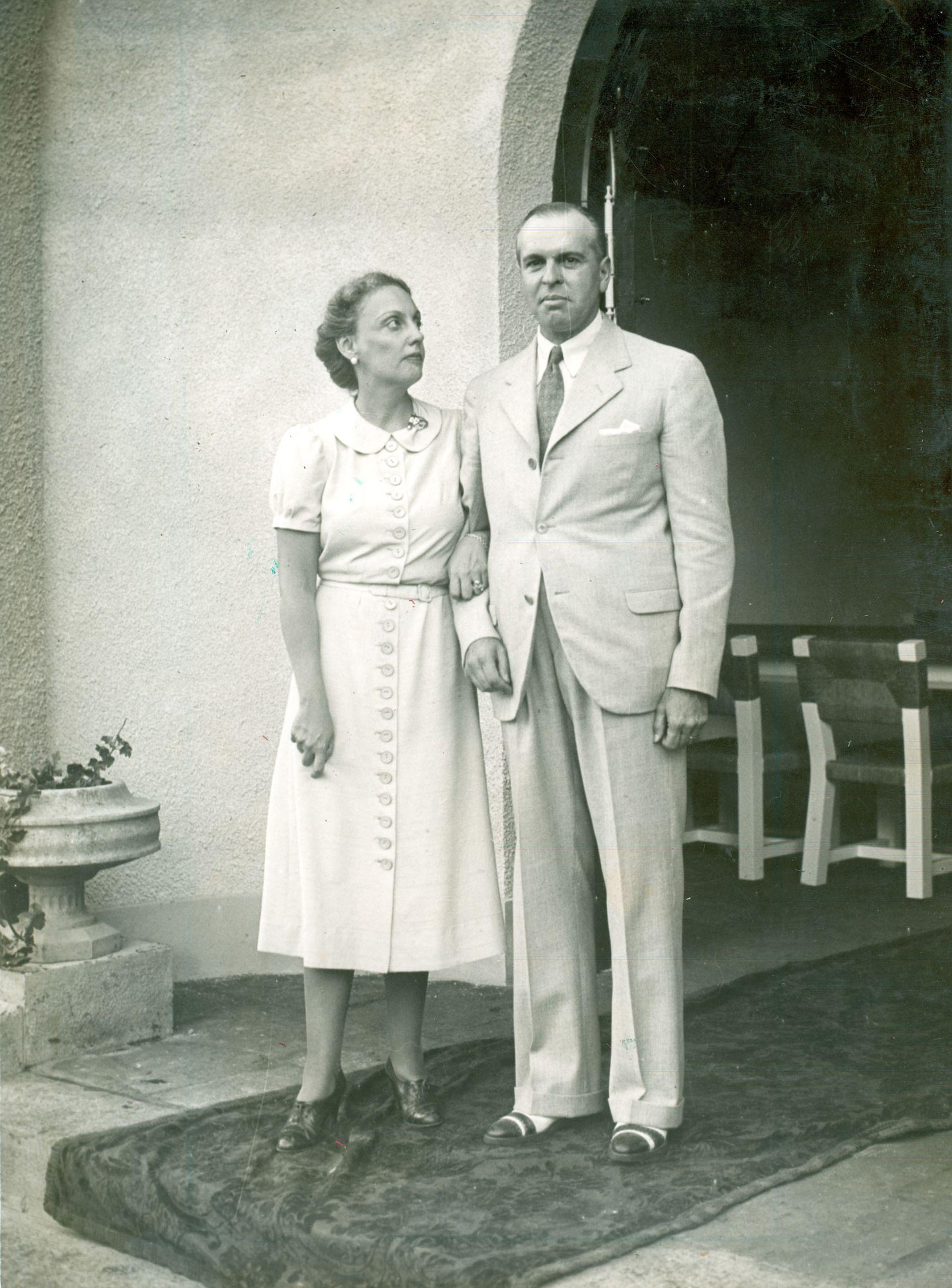Justa Ester Dose y su marido Alfredo Zemborain, con motivo de sus bodas de plata. Fotografía tomada en la estancia El Recreo que la familia tenía en la localidad de Videla Dorna. 1938.