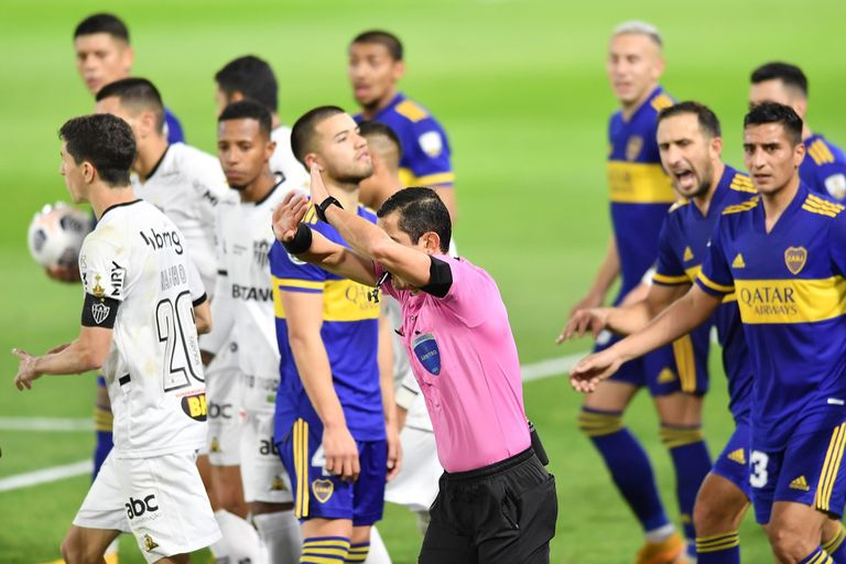 El árbitro Andrés Rojas anula un gol de Boca luego de consultar el VAR durante el partido entre Boca y Atlético Mineiro por la Copa Libertadores, el martes. Fue el origen de una polémica que no cesa.