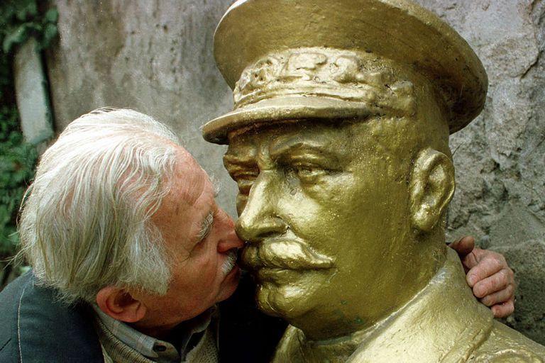 El anciano georgiano Ushangi Metreveli besa un busto del dictador soviético Josef Stalin en Tbilisi, Georgia