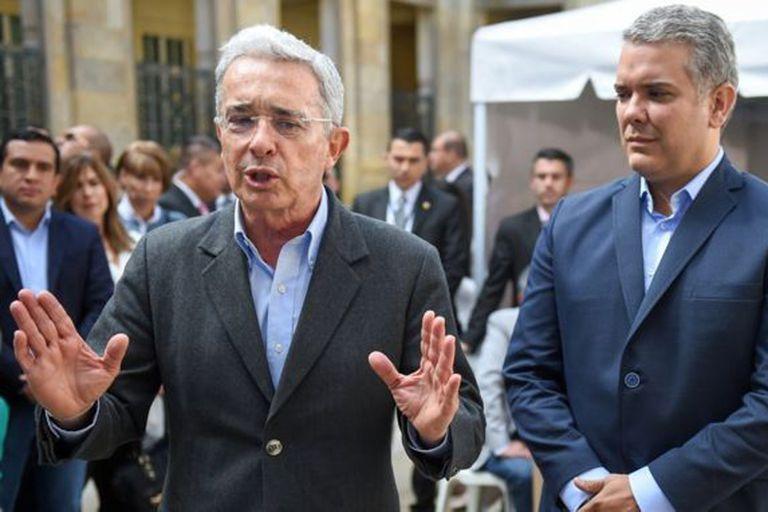 Álvaro Uribe (izquierda) fue uno de los mayores impulsores de que Venezuela sea parte de la agenda de debate en la campaña.
