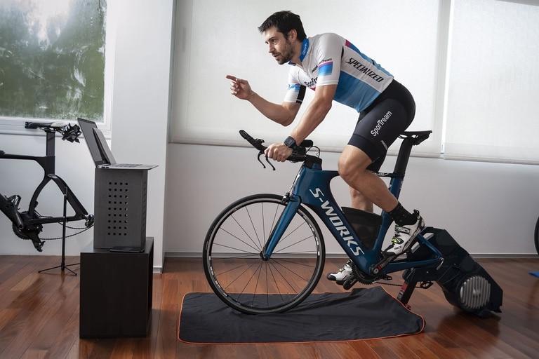 SOC - Jorge entrena a un grupo de ciclistas a traves de clases virtuales.  Buenos Aires. 05-05-2020.