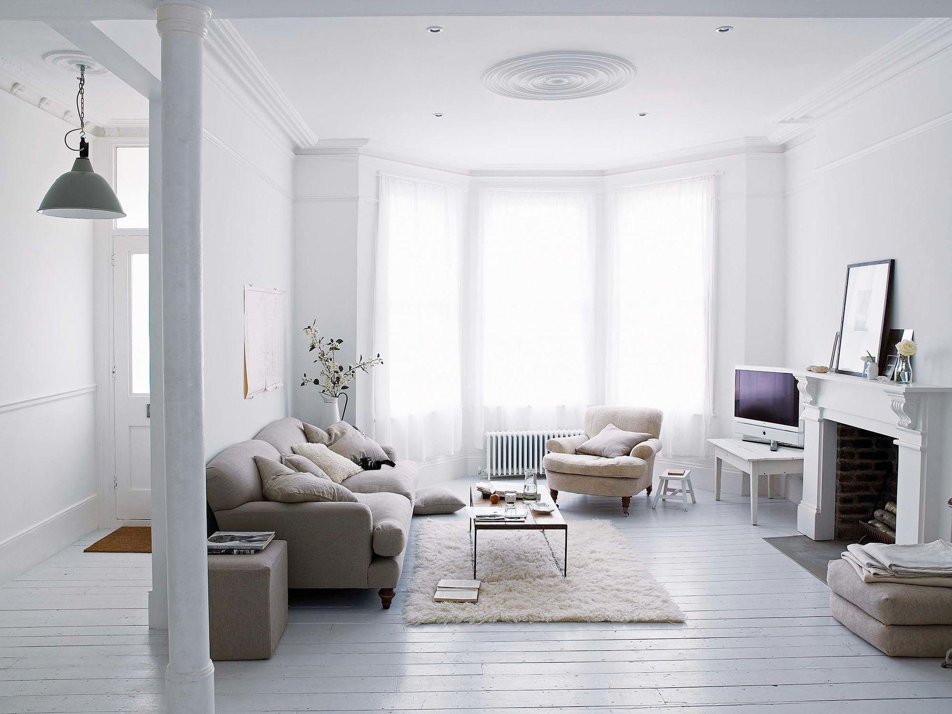 El acceso principal desemboca en el living, que la alta bow window llena de claridad. Junto con la chimenea original de la casa, es el rasgo más notable del espacio.