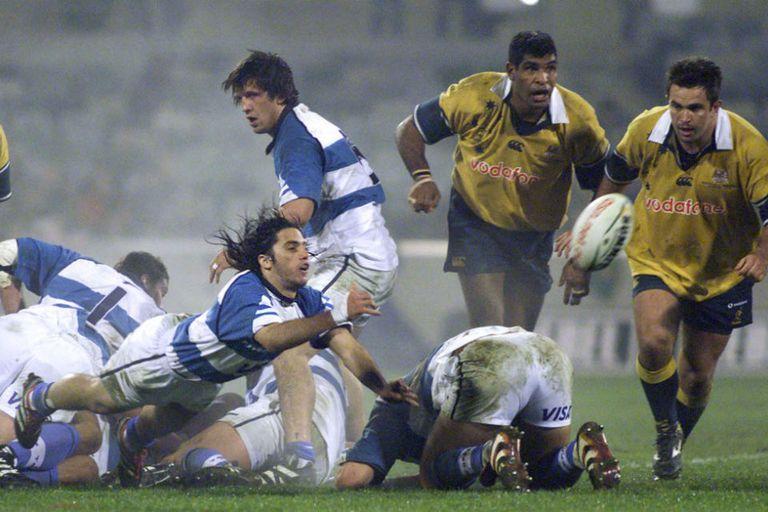 Pichot lanza el pase; Williams y Dyson observan, durante el partido jugado en Canberra en 2000