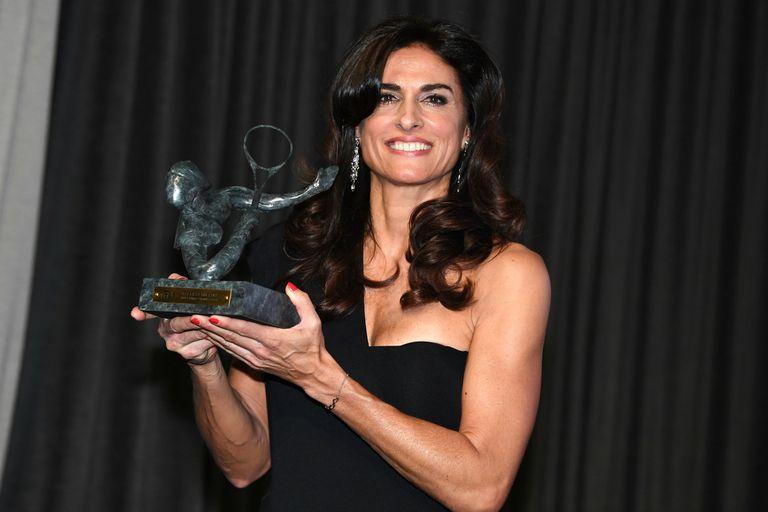 Gabriela Sabatini, en el centro del Pavillion Gabriel en París, con el trofeo Phillippe Chatrier