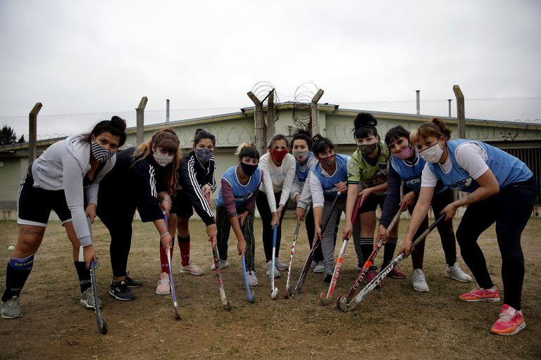 Las Lobas: inspiradas en Los Espartanos, llevaron el hockey a la cárcel de mujeres