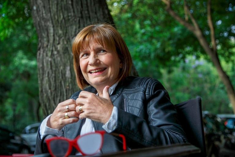 En Villa Gesell, un grupo de policías le hizo la venia a Patricia Bullrich durante la presentación de su libro