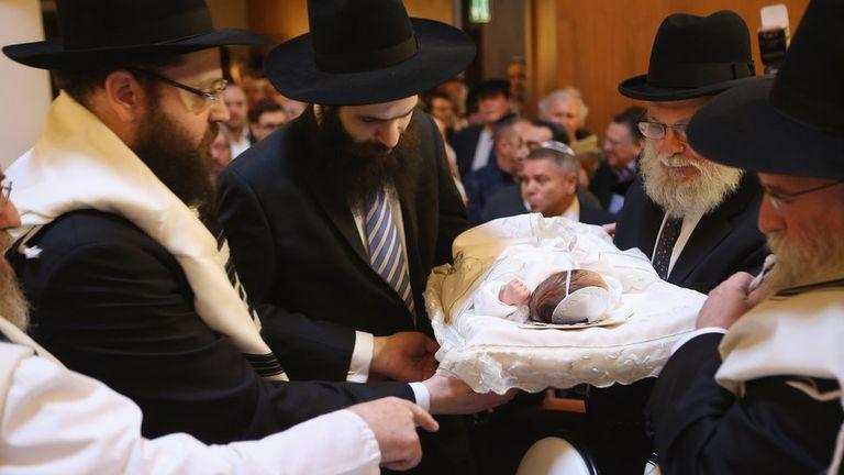 La circuncisión, del rito al dilema moral