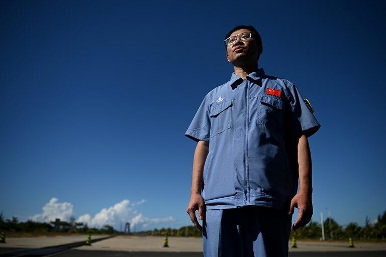 Liu Tongjie, vocero de la misión de exploración de Marte de China, habla durante una conferencia de prensa antes del lanzamiento de un cohete Long March-5