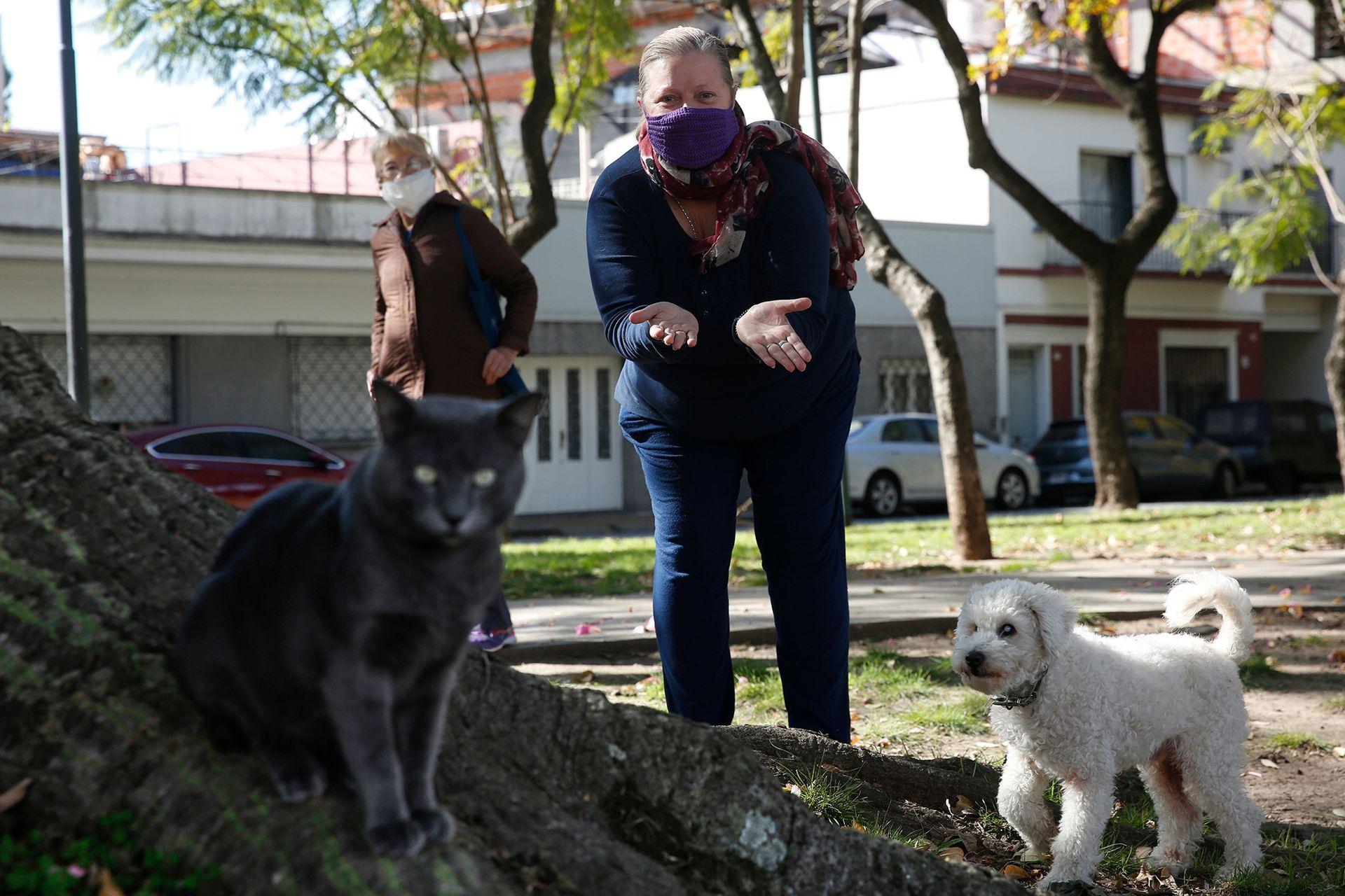 Silvana junto a su perro Fredy y su gato Michel en el Paseo Versalles