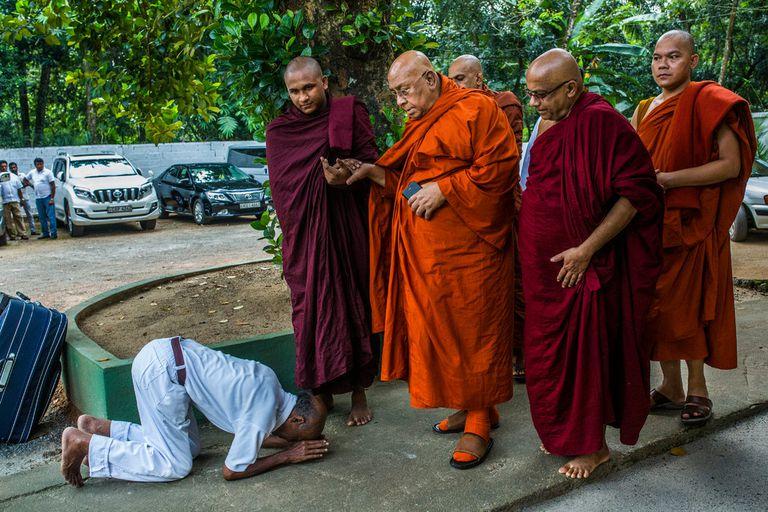 Un budista esrilanqués haciendo una reverencia frente a Sitagu Sayadaw, en Delgoda, Sri Lanka