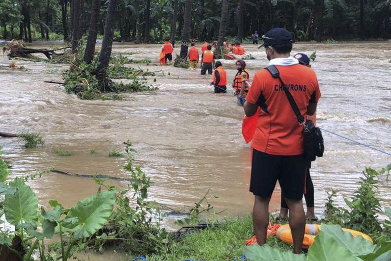 Personal de la Guardia Costera de Filipinas rescatando a personas atrapadas por las inundaciones causadas por la tormenta Kompasu en Palawan, el 12 de octubre de 2021. (Foto Guardia Costera de Filipinas vía AP)