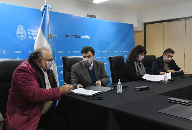 Claudio Moroni, ministro de Trabajo, firmó el 26 de mayo pasado el acta de aumento para los estatales
