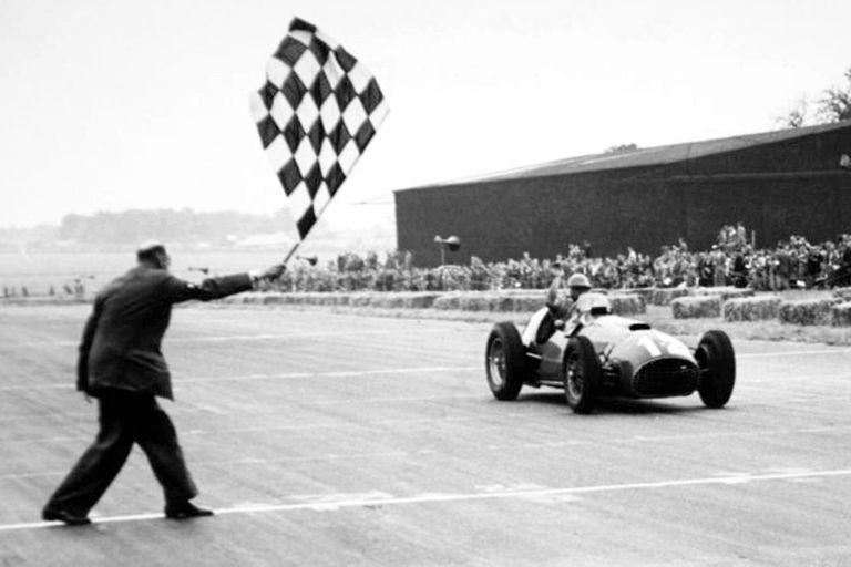 """Triunfo inesperado. El """"Cabezón"""" González cruza victorioso la meta del GP de Gran Bretaña de 1951; el primero de Ferrari en la máxima categoría"""