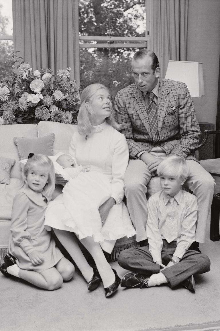 Los duques de Kent posan con sus hijos George, Helen y Nicholas en su casa de Londres el 10 de septiembre de 1970.