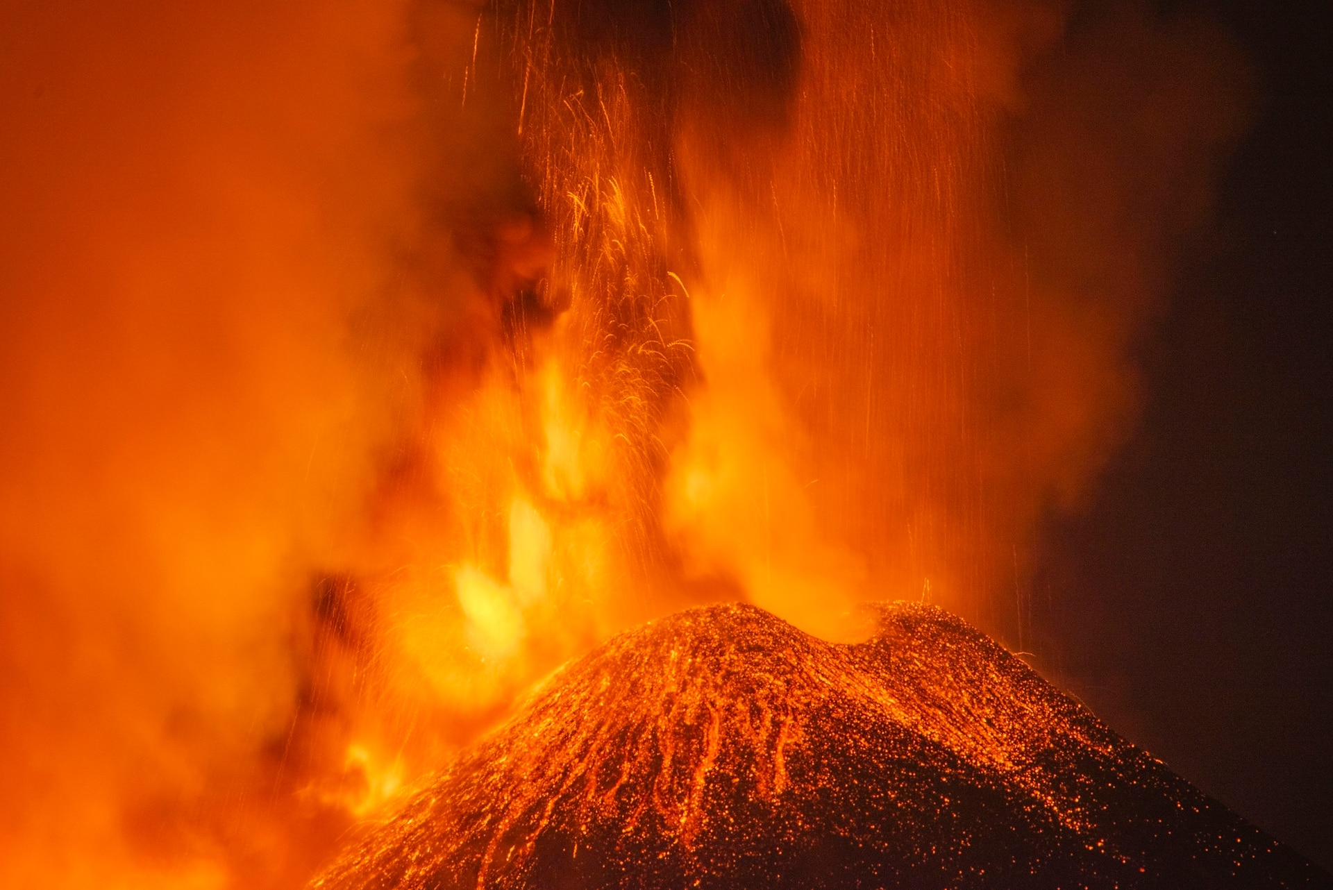En la última jornada el monte expulsó una fuente de lava de unos 500 metros de altura, además de una fuerte columna de humo y ceniza