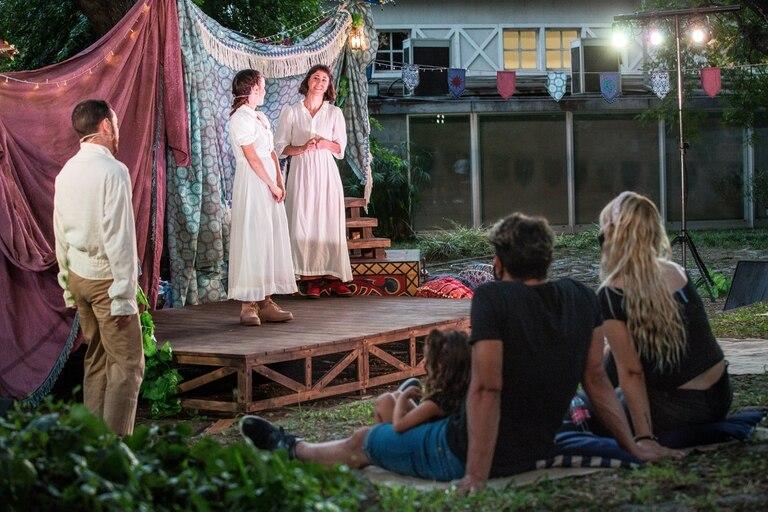 Un obra de Shakeaspeare adaptada para ver desde el pasto, sobre almohadones y mantas, en el jardín del museo Sívori
