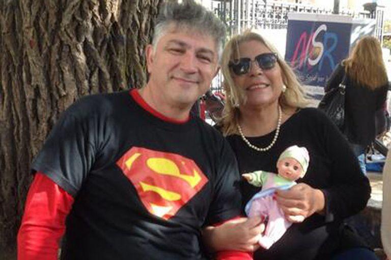 """La diputada Elisa Carrió, bromeando con su bebé, """"La Republiquita"""" y su padre, Superman"""