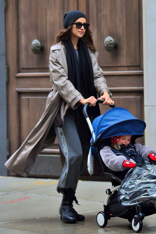 La exmujer de Bradley Cooper, Irina Shayk, de paseo con su hija, Lea