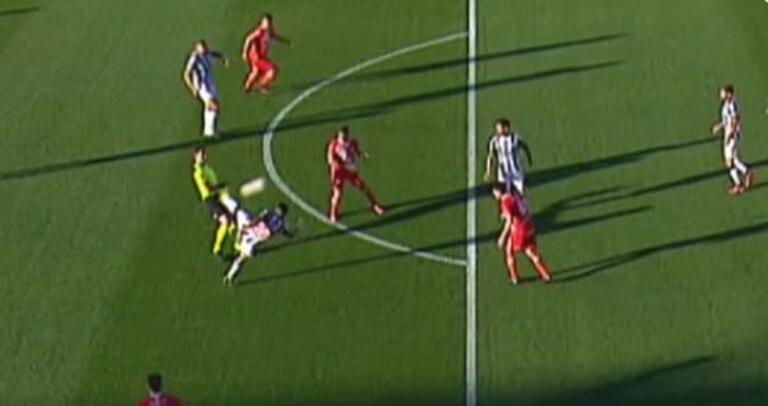 La espectacular tijera de Martínez, la joya de un partido que tuvo emoción hasta el último minuto