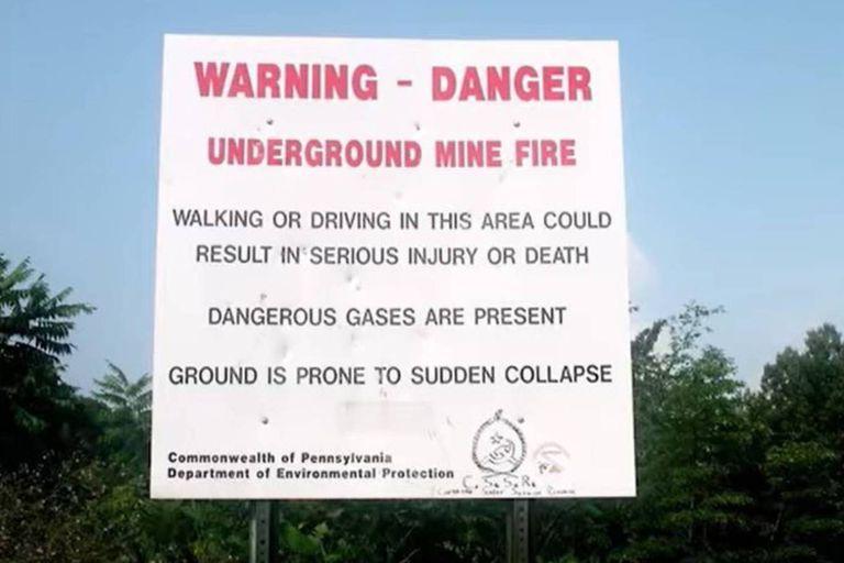 Los carteles advierten a los visitantes que Centralia es un lugar peligroso por los gases tóxicos y por la amenaza de colapso de sus suelos