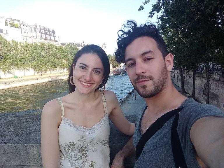 Aníbal y Renata disfrutando del aire libre antes de la cuarentena. La pareja contrajo el virus del dengue en su departamento