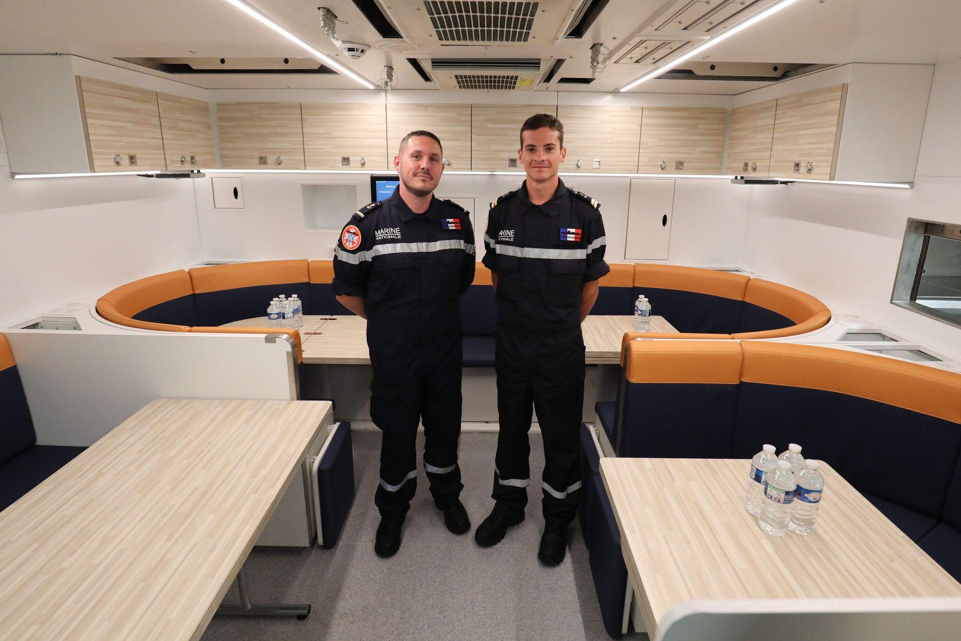 Dos miembros de la tripulación posan en el restaurante del submarino