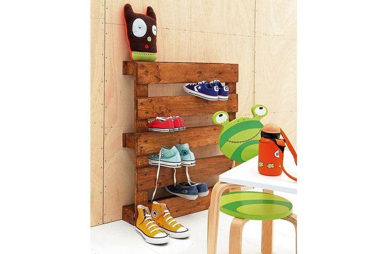 Para un cuarto de chicos, una idea ingeniosa que permite mantener el calzado en orden