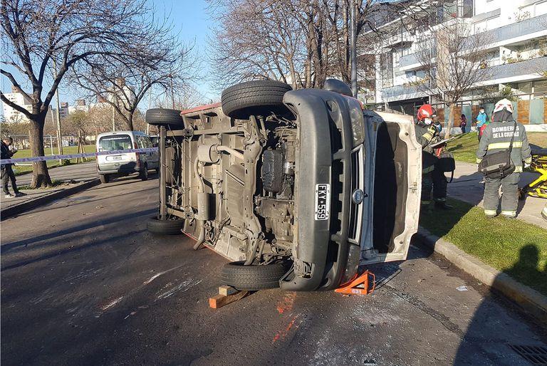 Accidente en Colegiales entre un a camioneta y una combi escolar