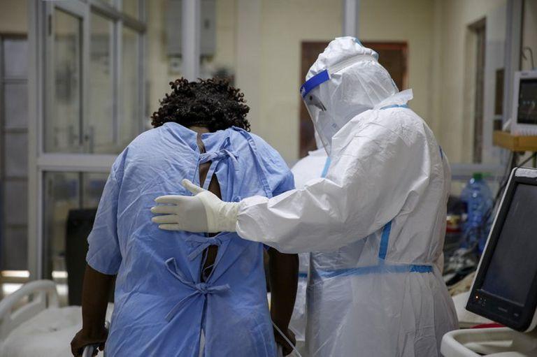 Un trabajador sanitario ayuda a un paciente de coronavirus en la unidad de cuidados intensivos y tratamiento para pacientes de Covid-19 en Machakos, al sur de Nairobi, en Kenia