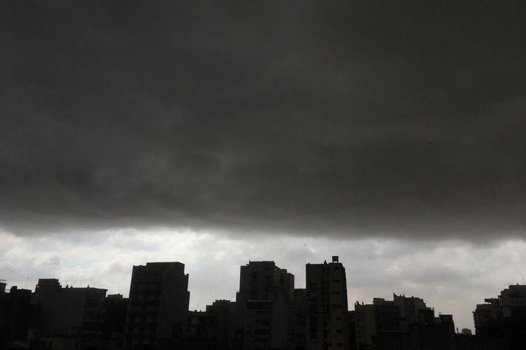 El cielo negro en el barrio de Flores