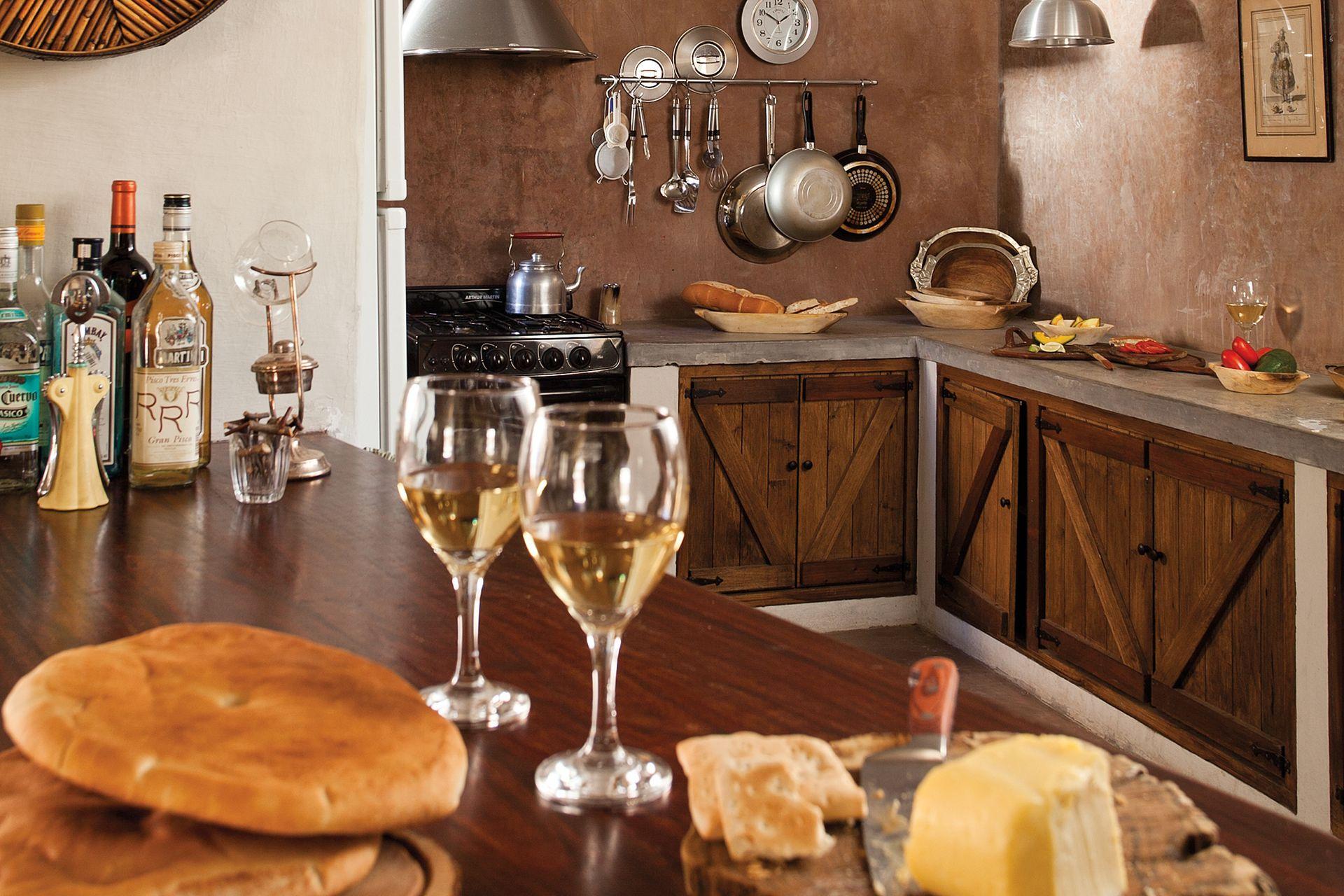 Se incluyeron toques contemporáneos y prácticos, como integrar la cocina con el comedor mediante un tablón de madera que ahora es barra. Así, se reformuló el planteo tradicional de las casas en U, caracterizado por una sucesión de ambientes estancos.