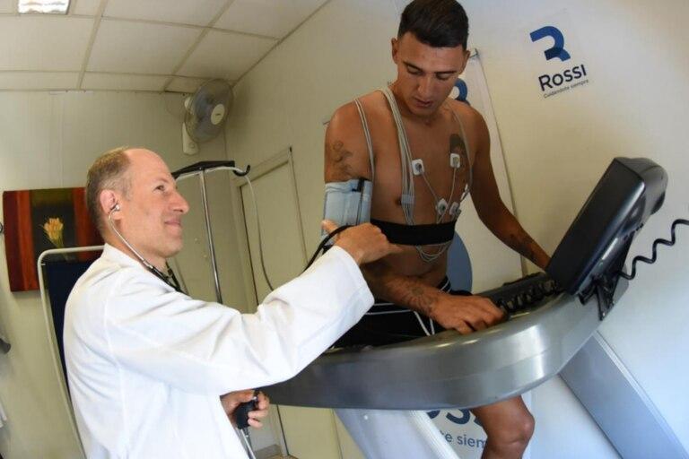 Matías Súarez en una clínica mientras se realiza los examenes médicos