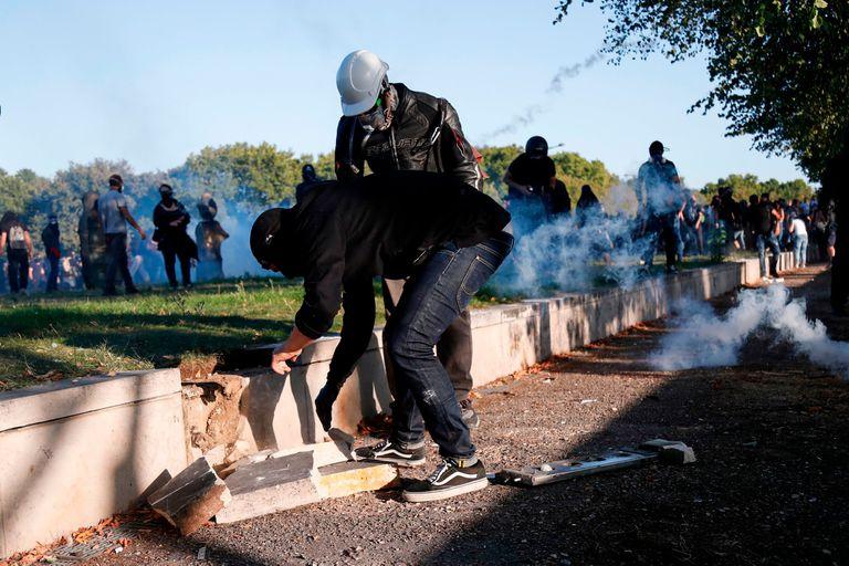 Activistas buscan pedazos de concreto para enfrentarse con las fuerzas de seguridad
