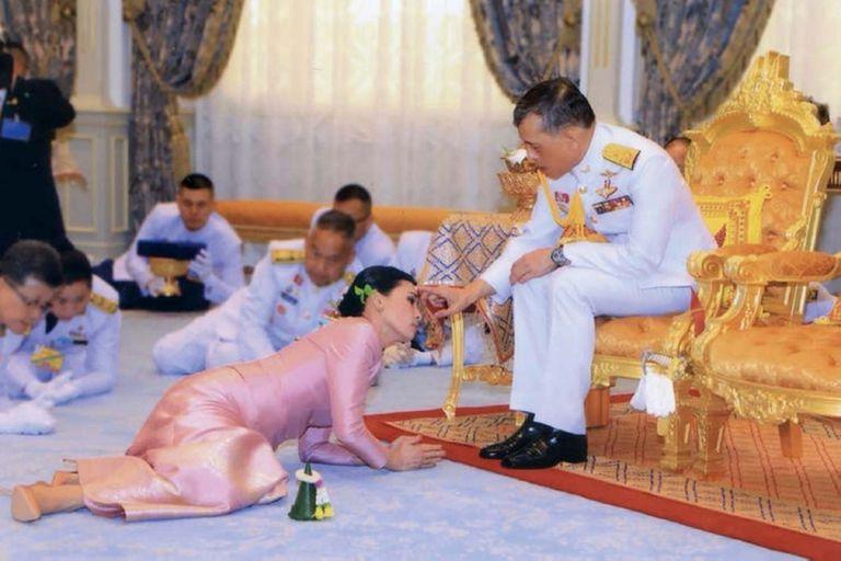 Triángulo amoroso: la incómoda foto del rey de Tailandia, su esposa y su amante